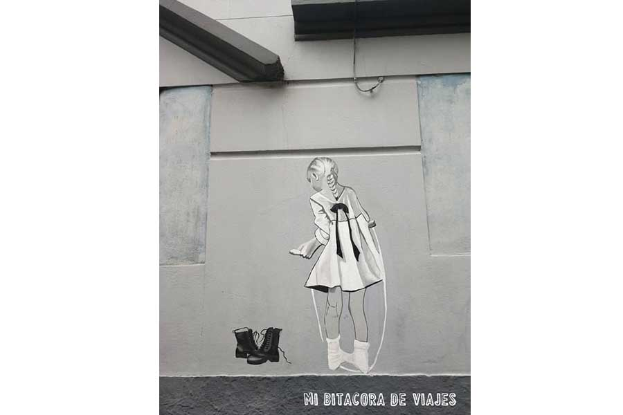 Mural niña y botas