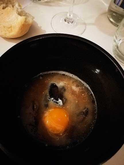 Sopa de hongos, yema de huevo y ricota de cabra.